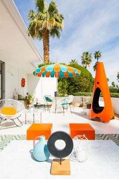 Bold striped and chevron decor in bright orange and blue hues with retro style. Retro Room, Summer Design, Mid Century Modern Design, Mid Century Furniture, Palm Springs, Retro Style, Vintage Decor, Home Furnishings, Retro Fashion