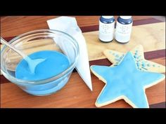 How to make royal icing. The coloring of royal icing and the correct consistency of the icing for decorating cookies. Royal Icing is wonderful for decorating. Best Sugar Cookie Recipe, Sugar Cookie Icing, Royal Icing Cookies, Galletas Cookies, Xmas Cookies, Iced Cookies, Cupcakes, Cupcake Cakes, Royal Icing Piping