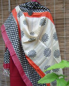 Contemporary tussar silk dupatta Indian Suits, Indian Attire, Indian Dresses, Indian Wear, Ethnic Outfits, Modern Outfits, Ethnic Fashion, I Love Fashion, Kurta Patterns