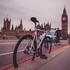 TO DO : Hire a Bike and travel around London. I thing it's an amazing experience!  Photo by londra da vivere on facebook. #londonbike #londonmoments
