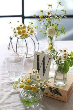 Flower Vases, Flower Arrangements, Flowers, Daisy Bouquet Wedding, Simple Wedding Cards, Glass Vase, Wedding Inspiration, Table Decorations, Floral