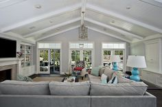 Contemporary family room whith vaulted ceiling hanging chandelier surspended lighting