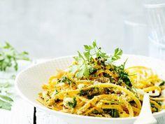 Tagliatelle van wortel met citroen en knoflookolie - Libelle Lekker Pasta, Cooking, Ethnic Recipes, Portie, Food, Drinks, Tagliatelle, Garlic, Lemon