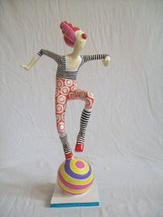 Escultura em papel de palhaço equilibrista sobre uma bola. R$ 120,00                                                                                                                                                      Mais Paper Mache Clay, Paper Mache Sculpture, Paper Mache Crafts, Clay Crafts, Clay Art, Sculpture Art, Decoration Cirque, Circus Decorations, Paper Dolls