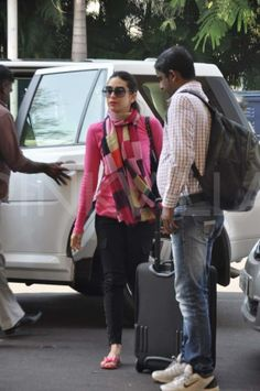Kareena, Karisma and Imran clicked at the airport Jean Outfits, Casual Outfits, Karisma Kapoor, Jean Top, How To Wear Scarves, Indian Models, Western Outfits, Bollywood Celebrities, Airport Style