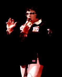 727cf2e9fec A RARE PICTURE OF ELVIS ON STAGE WITH HIS GLASSES ON SOMETIME IN 1974
