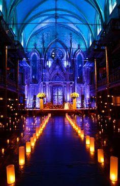 Autel pour mariage Indien.  Pourquoi ne pas s'inspirer de cette ambiance unique, toute en bougies et éclairages bleus... ?