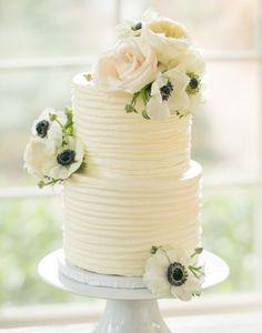 Beautiful cream textured cake with anemone and rose accents | Photo: Amalie Orrange Photography