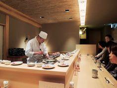 日本橋「つじ半」。内外装設計は安原三郎さん。御本人は「デザインしないデザイン」と仰るが細部の美しさは極めつけ。単一メニューの海鮮丼は既成概念を打ち破る旨さ。カウンター12席の店構えはほぼ屋台。京都と東京の理想的コラボレーション。粋だ。