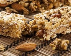 This yummy homemade granola recipe offers nutritious, on-the-go convenience. Sweet and Crunchy Homemade Granola Bars High Protein Snacks, Healthy Protein, Healthy Snacks, Healthy Eating, Clean Eating, Granola Barre, My Favorite Food, Favorite Recipes, Energy Bars