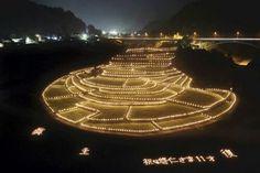 竹灯籠のあかりでライトアップされた「あらぎ島」(6日夜、和歌山県有田川町で)=前田尚紀撮影