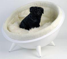 Half moon Chair.  Moon Chair for your dog or cat.    Special design for your dog and cat.   Een design mand voor zowel uw hond of kat. Uw viervoeter zal de koning te rijk zijn  en de blitz maken in de buurt.  Geschikt voor de kleinere honden rassen en katten.  Bonte binnen rand niet inbegrepen. Zacht wit kussentje wel.  Size: 59 x 59 x 29cm