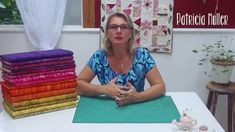 Dica de Sexta: Como encontrar o degradê de cores? (Tutorial Patchwork) Tutorial Patchwork, Sewing Lessons, Sewing Hacks, Couture, Patches, Quilts, Applique, Handmade, Crafts