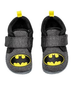Dark gray/Batman. Indoor shoes in jersey with an embroidered motif. Lightly padded upper edge, hook-loop fastener at front, and contrasting loop at back.