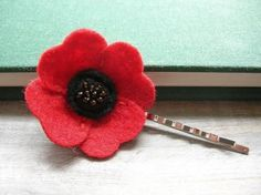 small and use a bobby pin Women's Poppy Hair Pin // Ruby Red // Felt Flower Hair Accessory by OrdinaryMommy on Etsy. Felt Flowers, Flowers In Hair, Fabric Flowers, Kanzashi Flowers, Ribbon Flower, Diy Flowers, Barrette, Army Crafts, Fabric Flower Headbands