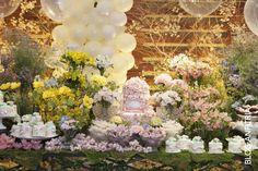 a girls party with flowers arrangements, colorful, party ideas, party decoration, decoração de festa infntil, www.anfitria.com.br . Nessa festa, usamos muitos tons suaves.