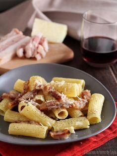 Pasta alla gricia è l'antenata dei Bucatini all'ammatriciana. Una ricetta facile e veloce. Pochi ingredienti per un primo piatto straordinario.