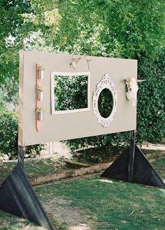 Un photobooth, c'est quoi ? C'est un décor original en trompe l'œil, devenu presque incontournable lors des mariages, permettant de rendre un instant inoubliable. Souvent décoré avec style, agrémenté de quelques accessoires amusants (masque, boa, lunettes, chapeau).