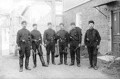 Mustissa työasuissaan ja työkalut käsissään poseeraavat nuohoojat Arvidinkadulla sisäpihalla Port Arthurin kaupunginosassa toukokuussa 1929. Kuvaaja: H. Attila, 1929.  VA9810:3958