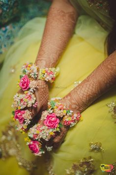 Order Fresh flower poolajada, bridal accessories from our local branches present over SouthIndia, Mumbai, Delhi, Singapore and USA. Mehndi Outfit, Mehndi Dress, Mehendi, Indian Wedding Jewelry, Indian Bridal, Bridal Jewelry, Indian Weddings, Bridal Earrings, Indian Jewelry