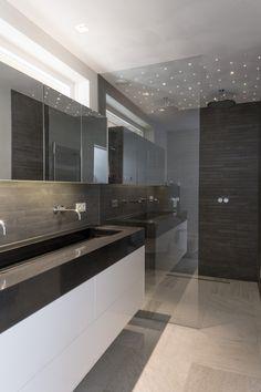 In de doucheruimte is er een sterrenhemel gecreëerd: het geeft het huis iets extra speciaals   Hubbers interieurmakers