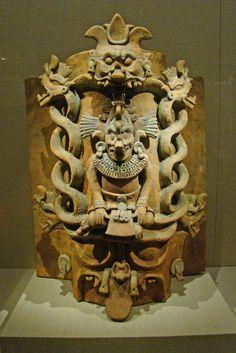 Dios K'awill. Si observan bien esta escultura notaran que el pie izquierdo tiene forma de serpiente. Se dice que los Gobernantes mayas usaban a esta deidad como simbolo de su poder.  Museo de Young Colombian Art, Arte Tribal, Inka, Mesoamerican, Mexican Folk Art, Ancient Artifacts, Ancient Aliens, Ancient Civilizations, Native American Art