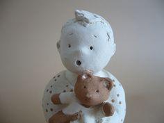 Petit garçon et son nounours, figurine en terre cuite cuite, petite sculpture (H : 9cm) : Accessoires de maison par toucher-terre
