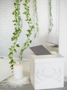 Tirelire colombe mariage carton blanc, bougie mariage colombes & guirlande de lierre, idée déco mariage