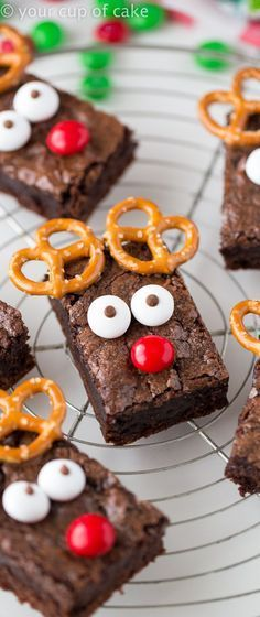 Rudolph the Red Nose Reindeer Brownies! An easy way to dress up brownies for Christmas Noel Christmas, Christmas Reindeer Cookies, Kids Christmas Treats, Reindeer Cupcakes, Diy Christmas Snacks, Chrismas Food Ideas, Chrismas Party Food, Christmas Candy Bar, Christmas Dessert Recipes