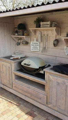 une charmante cuisine d'extérieure en bois clair de style champêtre