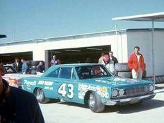 #43 Richard Petty Plymouth GTX Nascar Race Cars, Old Race Cars, Richard Petty, King Richard, Dodge Muscle Cars, Look Retro, Vintage Race Car, Drag Cars, Courses