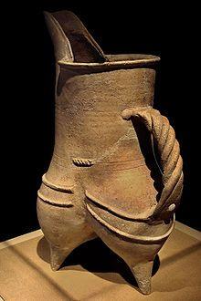 CMOC Treasures of Ancient China exhibit - white pottery gui - Chinese ceramics - Wikipedia Ceramic Pots, Ceramic Pitcher, Ceramic Pottery, Pottery Art, Cerámica Ideas, Types Of Ceramics, Coil Pots, Native American Pottery, Ceramic Techniques