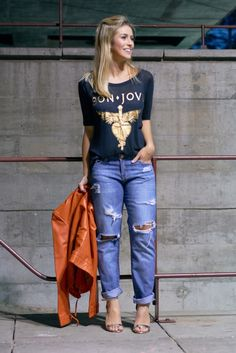 T-shirt de banda de rock + jeans destroyed + jaqueta de couro (color!) + sandália metalizada (o meu toque glam!)