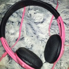 Skull Candy Headphones Pink and black headphones the are good quality!   They work perfectly fine, I just prefer earbuds. They are a few years old, but in great condition! Skullcandy Other