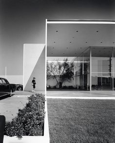 Duffield's Lincoln-Mercury Showroom, Long Beach, 1963, architects: Killingsworth, Brady and Smith, photo: Julius Shulman © J. Paul Getty Trust