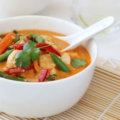 Denne deilige suppen har jeg lenge gledet meg til å dele med dere. Jeg kjenner dere nemlig såpass godt nå at jeg vet hva som slår ekstra godt an. Denne suppen har alt dere liker, den er god på smak, inneholder deilige næringsrike grønnsaker, saftige kyllingbiter, er kjapp og enkel å lage - og ikke minst er den et syn for øyet. Med andre ord, en ny hverdagsfavoritt som du gjerne kan invitere til fest på.