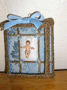 Menino Jesus 1   Caixa de vidro facetado, tecido brocado e decorado com flores de missangas...