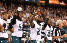 Americký fotbal se vždy profiloval jako sport dělnické třídy. Stal se také místem boje proti rasové segregaci. Už je tomu měsíc, co quarterback týmu San…