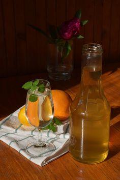 CÁCORkA: Meduňkový sirup s pomerančem Hot Sauce Bottles, Healthy Drinks, Food, Lemon, Syrup, Essen, Meals, Yemek, Eten
