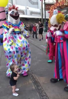 This little girl isn't afraid of the Killer Klowns. In fact, her mom said she loves dancing with them and the cast calls her Mini Klown. She said this is the only Scare Zone they take her to at Universal Orlando's Halloween Horror Nights.<<<<me af The Killers, Movie Memes, Funny Video Memes, Funny Horror, Horror Art, Universal Orlando, Toddler Dance, Gif Disney, Les Gifs