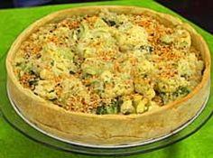 """Receita de Torta de brócolis com couve-flor - Massa:, 3 xícaras (chá) de farinha de trigo, 1 xícara (chá) de margarina, 1 gema, 1 cubinho de caldo de legumes, Recheio:, 3 colheres (sopa) de farinha de trigo, 3 colheres de (sopa) de margarina, 3 xícaras de (chá) de leite aquecido, 5 colheres (sopa) de queijo ralado, 1 maço de couve-flor (pequeno) cozido """"al dente"""", 1 maço de brócolis (pequeno) cozido """"al dente"""", 1 ovo, 2 colheres (sopa) de leite"""