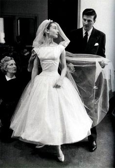 """""""Funny Face"""" Wedding Dress Audrey Hepburn was rocking her Givenchy dress way before Bey, as Jo Stockton in this 1957 movie. The super-chic, tea-length wedding gown has become one of the most iconic in the history of film. Vestido Audrey Hepburn, Robes Audrey Hepburn, Audrey Hepburn Wedding Dress, Audrey Hepburn Funny Face, Audrey Hepburn Outfit, Audrey Hepburn Pictures, Audrey Hepburn Givenchy, Aubrey Hepburn, Movie Wedding Dresses"""