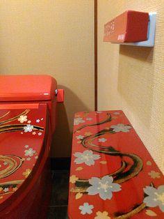 箱根の上質な宿「弓庵」様に導入いただいたトイレBIDOCORO「朱赤の真」銘「桜舞龍」。ペーパーホルダー棚板も同じデザインで製作。