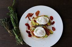 Bruschetta s avokádem a zastřeným vejcem Bruschetta, Paleo, Eggs, Breakfast, Kitchen, Recipes, Food, Morning Coffee, Cooking