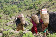 People are trekking up mountains in #Nepal carrying supplies on their backs to reach those in high altitude villages. Say a prayer for the many homeless and needy.