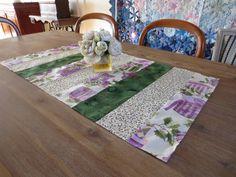 Chemin de table, déco noël, vert, violet et blanc : Textiles et tapis par michka-feemainpassionnement