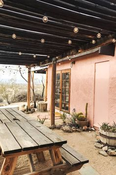 Planning a trip to the desert? We're rounding up all of the best (and least expensive) things to do in Joshua Tree. Planning a trip to the desert? We're rounding up all of the best (and least expensive) things to do in Joshua Tree in 2019 Pergola Plans, Diy Pergola, Pergola Ideas, Metal Pergola, Black Pergola, Cheap Pergola, Patio Ideas, Pergola Kits, Bed And Breakfast