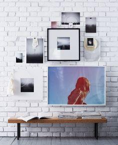 Eine Wand mit einer Kombination verschiedener Bilderrahmen, u. a. RIBBA Rahmen in Weiß