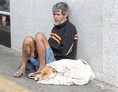 Morador de rua brasileiro causa comoção no mundo ao oferecer único cobertor para seu cão que passava frio