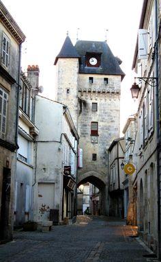 St Jean d'Angely (Charente Maritime) la Tour de l'Horloge